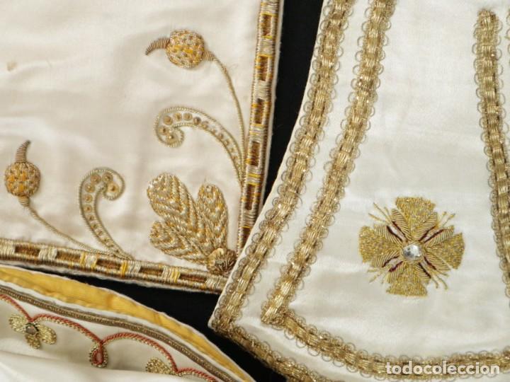 Antigüedades: Casulla y complementos confeccionados en seda bordada con hilo de oro. Hacia 1900. - Foto 47 - 263596260