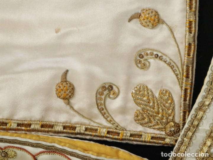 Antigüedades: Casulla y complementos confeccionados en seda bordada con hilo de oro. Hacia 1900. - Foto 48 - 263596260