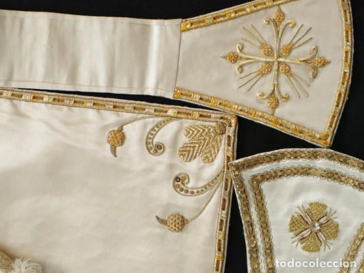 Antigüedades: Casulla y complementos confeccionados en seda bordada con hilo de oro. Hacia 1900. - Foto 49 - 263596260
