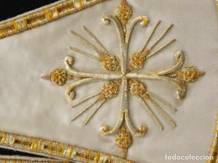 Antigüedades: Casulla y complementos confeccionados en seda bordada con hilo de oro. Hacia 1900. - Foto 50 - 263596260