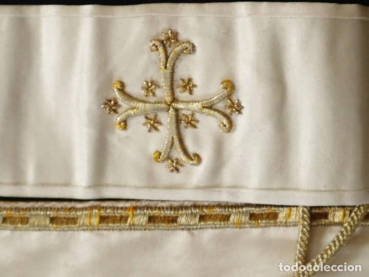 Antigüedades: Casulla y complementos confeccionados en seda bordada con hilo de oro. Hacia 1900. - Foto 51 - 263596260