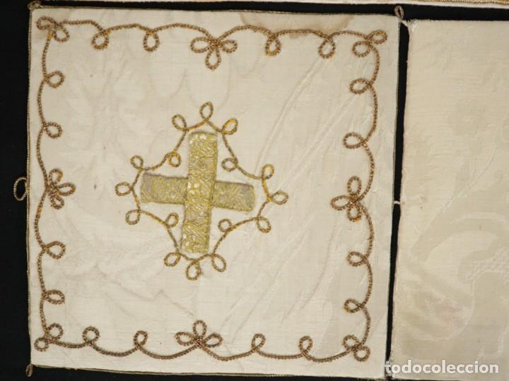 Antigüedades: Casulla y complementos confeccionados en seda bordada con hilo de oro. Hacia 1900. - Foto 53 - 263596260