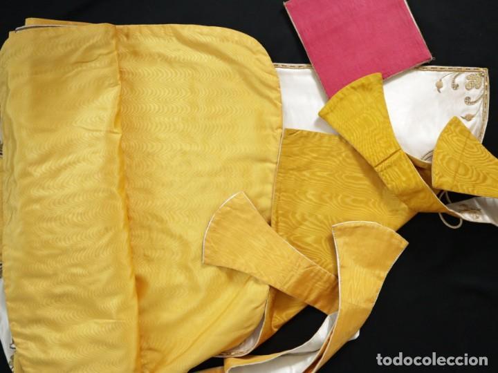 Antigüedades: Casulla y complementos confeccionados en seda bordada con hilo de oro. Hacia 1900. - Foto 54 - 263596260