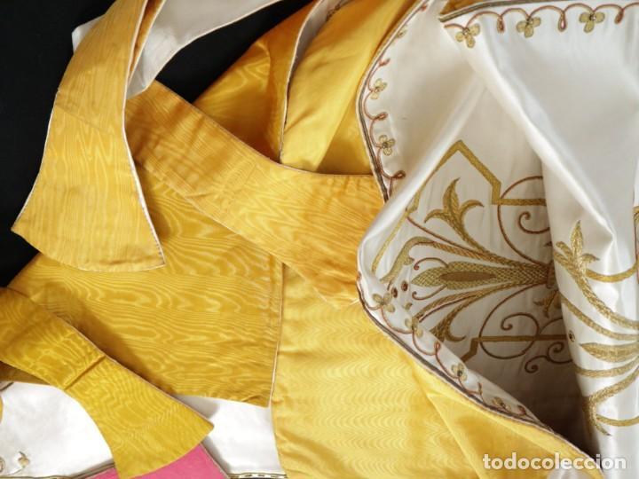 Antigüedades: Casulla y complementos confeccionados en seda bordada con hilo de oro. Hacia 1900. - Foto 55 - 263596260
