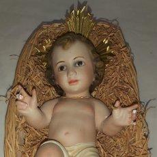Antigüedades: ANTIGUA FIGURA NIÑO JESÚS EN CANASTO DE MIMBRE. Lote 263644575