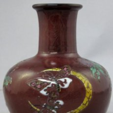 Antigüedades: JARRÓN DE CRISTAL VERRERIE D´ART DE LORRAINE DECORACIÓN DE MARIPOSAS EN ESMALTE FRANCIA HACIA 1920. Lote 263708110