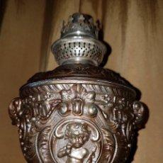 Antigüedades: CURIOSO Y ANTIGUO QUINQUE CON NIÑOS, SG.XIX. EN CALAMINA PATINA BRONCE. Lote 263730015