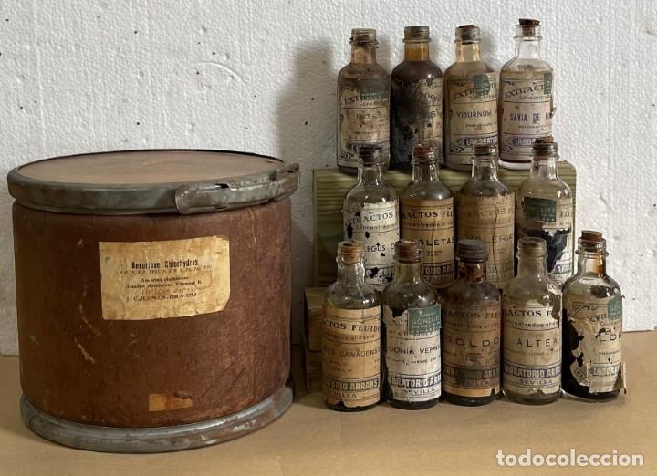 LOTE DE 13 FRASCOS EN CAJA DE CARTON ANTIGUOS DE FARMACIA GONZALEZ-LABORATORIOS ARRANS - SEVILLA (Antigüedades - Cristal y Vidrio - Farmacia )