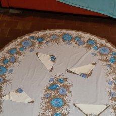Antigüedades: PRECIOSO MANTEL Y OCHO SERVILLETAS CON MOTIVOS FLORALES.. Lote 263881440