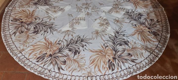 Antigüedades: Precioso Mantel con seis servilletas con motivos florales. - Foto 2 - 263883365
