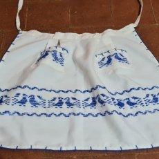 Antigüedades: PRECIOSO DELANTAL BORDADO CON LANA AZUL.. Lote 263922500