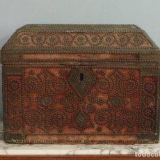 Antigüedades: ARQUETA DE MADERA RECUBIERTA DE TERCIOPELO Y TACHONADA. ESPAÑA, SIGLO XVII. MIDE 57 X 33 CM.. Lote 264089015