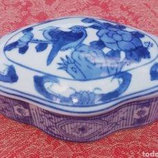 Antigüedades: CAJA CHINA DE PORCELANA - BICOLOR - DECORADA A MANO - PAJAROS Y FLORES -. Lote 264089725