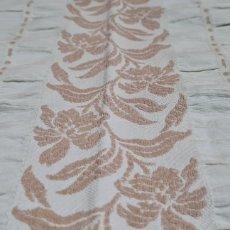 Antigüedades: PRECIOSA Y ELEGANTE COLCHA CON MOTIVOS FLORALES.. Lote 264162212