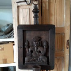 Antigüedades: RELIEVE CANDELABRO O PORTAVELAS BUDHAS TALLA MADERA. Lote 264267448