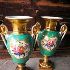 Antiquités: PAREJA JARRONES IMPERIO EN PORCELANA VIEJO PARÍS, DECORACIÓN FLORAL Y ORO, S. XIX. 26CM.. Lote 264301052
