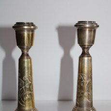 Oggetti Antichi: PAREJA SOPORTE PARA VELAS DE BRONCE. Lote 264307224