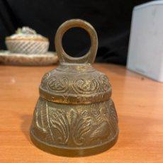 Antigüedades: ANTIGUA CAMPANA DE BRONCE CON MOTIVOS ANIMALES 10X10CM. Lote 264326500