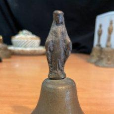 Antigüedades: ANTIGUA CAMPANA DE LATÓN DE SIGLO XVIII MANGO VIRGEN. Lote 264328008