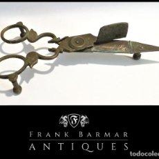Antigüedades: ANTIGUAS TIJERAS DESPABILADERAS, APAGAVELAS O CORTA PABILOS EN BRONCE 17 X 6 CM - ENVÍO GRATIS*. Lote 264333604