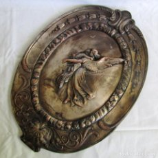 Antigüedades: ANTIGUO RELIEVE DE ANGEL CON NIÑO EN COBRE BAÑADO EN PLATA. Lote 264339896