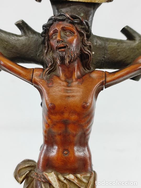 Antigüedades: Antiguo Crucifijo - Cristo a la Cruz - Talla de Madera de Boj - Cruz y Peana Policromada - S. XVIII - Foto 6 - 264342300