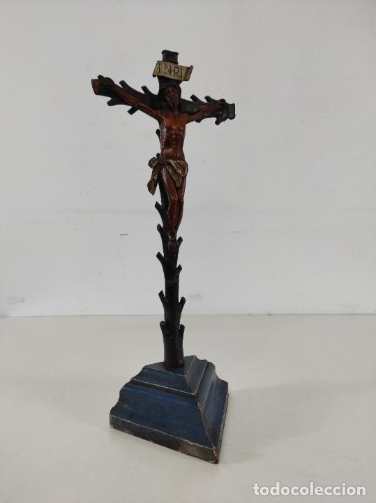 Antigüedades: Antiguo Crucifijo - Cristo a la Cruz - Talla de Madera de Boj - Cruz y Peana Policromada - S. XVIII - Foto 8 - 264342300