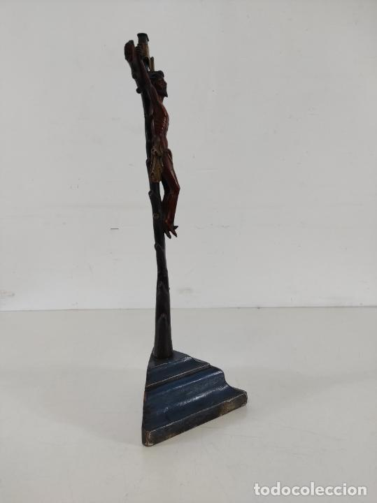 Antigüedades: Antiguo Crucifijo - Cristo a la Cruz - Talla de Madera de Boj - Cruz y Peana Policromada - S. XVIII - Foto 9 - 264342300