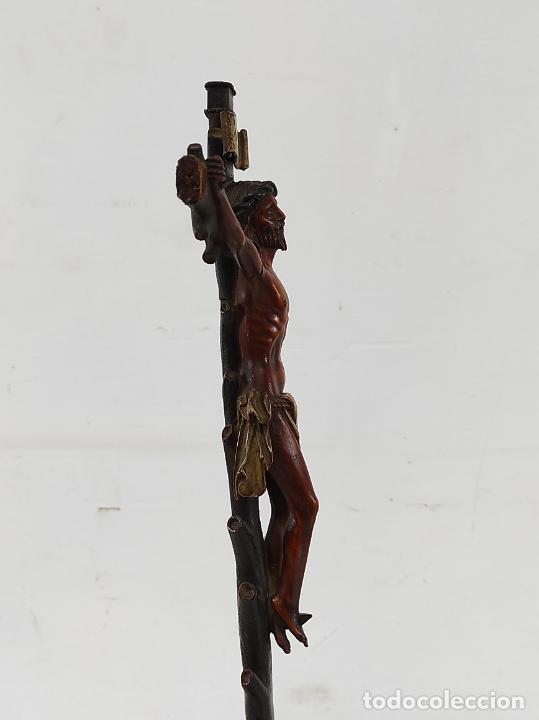 Antigüedades: Antiguo Crucifijo - Cristo a la Cruz - Talla de Madera de Boj - Cruz y Peana Policromada - S. XVIII - Foto 10 - 264342300