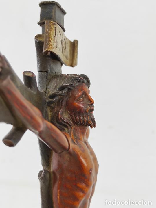 Antigüedades: Antiguo Crucifijo - Cristo a la Cruz - Talla de Madera de Boj - Cruz y Peana Policromada - S. XVIII - Foto 11 - 264342300