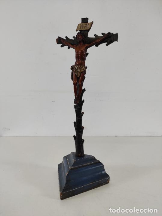 Antigüedades: Antiguo Crucifijo - Cristo a la Cruz - Talla de Madera de Boj - Cruz y Peana Policromada - S. XVIII - Foto 15 - 264342300