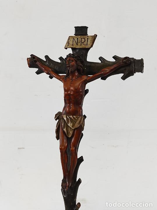 Antigüedades: Antiguo Crucifijo - Cristo a la Cruz - Talla de Madera de Boj - Cruz y Peana Policromada - S. XVIII - Foto 16 - 264342300