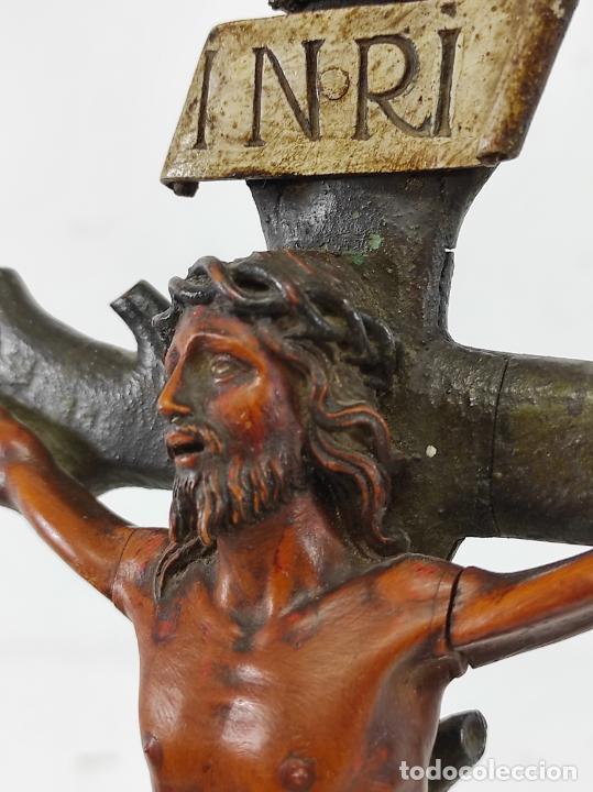 Antigüedades: Antiguo Crucifijo - Cristo a la Cruz - Talla de Madera de Boj - Cruz y Peana Policromada - S. XVIII - Foto 17 - 264342300