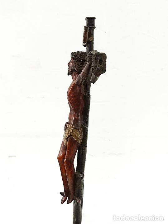 Antigüedades: Antiguo Crucifijo - Cristo a la Cruz - Talla de Madera de Boj - Cruz y Peana Policromada - S. XVIII - Foto 19 - 264342300