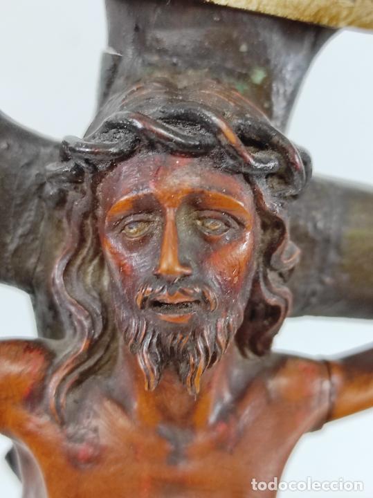Antigüedades: Antiguo Crucifijo - Cristo a la Cruz - Talla de Madera de Boj - Cruz y Peana Policromada - S. XVIII - Foto 24 - 264342300