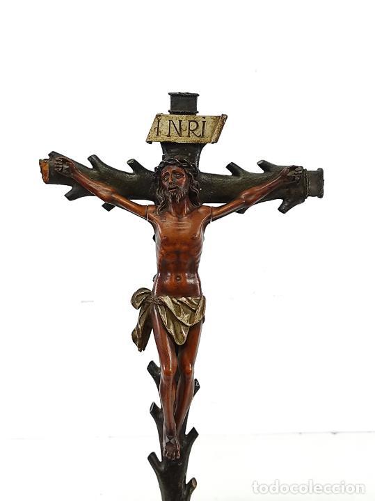 Antigüedades: Antiguo Crucifijo - Cristo a la Cruz - Talla de Madera de Boj - Cruz y Peana Policromada - S. XVIII - Foto 29 - 264342300
