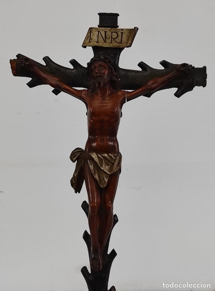 ANTIGUO CRUCIFIJO - CRISTO A LA CRUZ - TALLA DE MADERA DE BOJ - CRUZ Y PEANA POLICROMADA - S. XVIII (Antigüedades - Religiosas - Crucifijos Antiguos)