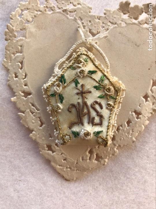 Antigüedades: ANTIGUO DETENTE ESCAPULARIO BORDADO PARA IMAGEN RELIGIOSA - Foto 2 - 264436399