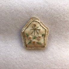 Antigüedades: ANTIGUO ESCAPULARIO BORDADO PARA IMAGEN RELIGIOSA. Lote 264438184