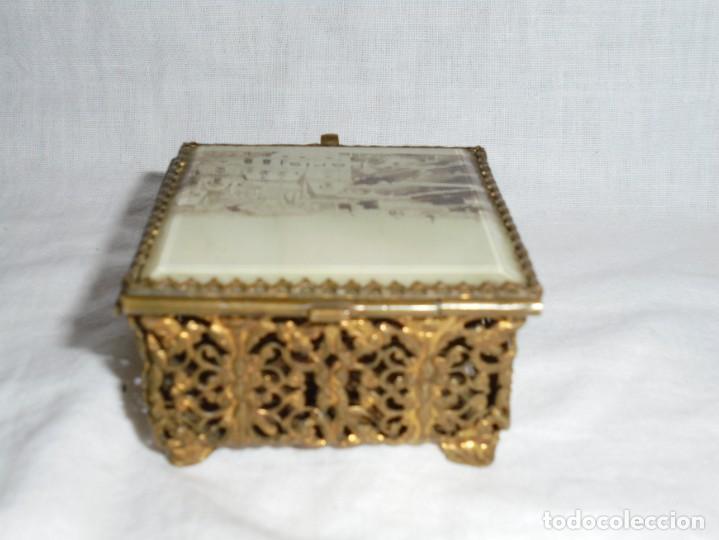 Antigüedades: ANTIGUA CAJITA JOYERO METALICA TAPA CON CRISTAL VISELADO Y VISTA DE PARIS - Foto 3 - 264459514