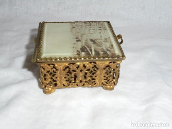 Antigüedades: ANTIGUA CAJITA JOYERO METALICA TAPA CON CRISTAL VISELADO Y VISTA DE PARIS - Foto 4 - 264459514