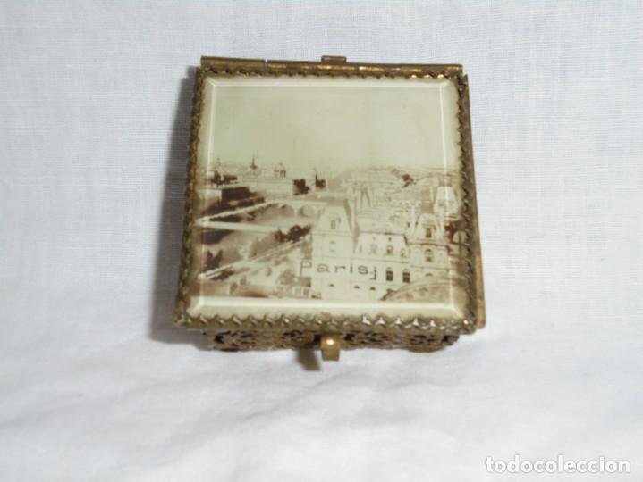 Antigüedades: ANTIGUA CAJITA JOYERO METALICA TAPA CON CRISTAL VISELADO Y VISTA DE PARIS - Foto 7 - 264459514