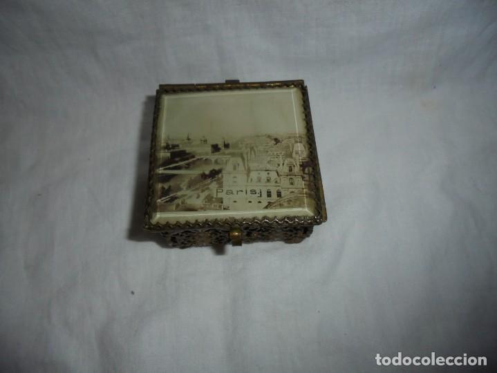 Antigüedades: ANTIGUA CAJITA JOYERO METALICA TAPA CON CRISTAL VISELADO Y VISTA DE PARIS - Foto 12 - 264459514