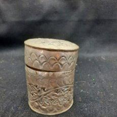 Antigüedades: CAJITA LABRADA DE LATÓN BAÑADO EN PLATA. Lote 264494684