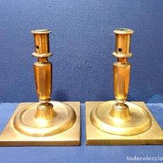 Antigüedades: PAREJA DE CANDELEROS DE BRONCE CON BASE CUADRADA. SIGLO XVIII.. Lote 264644094