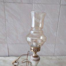 Antigüedades: ANTIGUA LAMPARA DE SOBREMESA DE MÁRMOL Y TULIPA DE CRISTAL. Lote 264688159