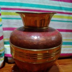 Antigüedades: GRAN JARRON O MACETERO DE COBRE Y LATON. Lote 264722669