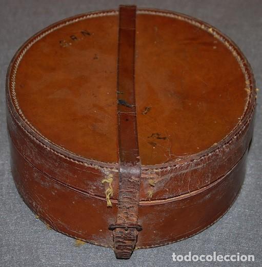 Antigüedades: MALETA O SOMBRERERA DE CUERO INGLESA HECHA A MANO DE FINALES DEL SIGLO XIX - Foto 2 - 264979884
