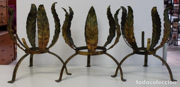 Antigüedades: Tres maceteros en forja de hierro dorada en forma de hojas. Mediados del siglo XX - Foto 2 - 265120369
