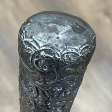 Antigüedades: ANTIGUO BASTÓN, CON EL MANGO EN PLATA DE LEY, Y LA VARA EN MADERA DE PALOSANTO. S.XIX. Lote 265142229